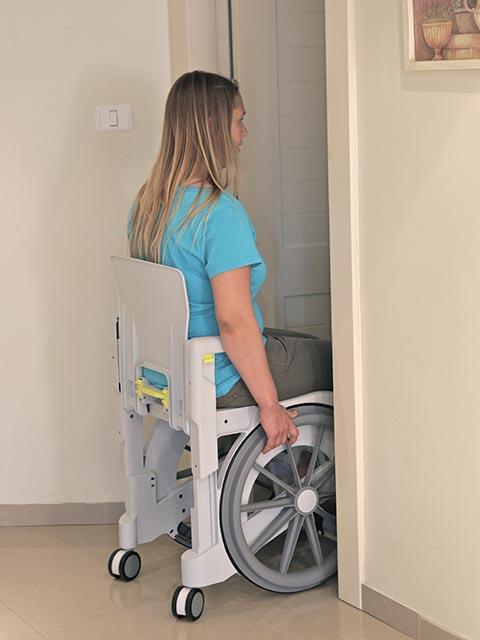 כסא רחצה ושירותים קומפקטי מתאים לשירותים לא נגישים להנעה עצמית WheelAble